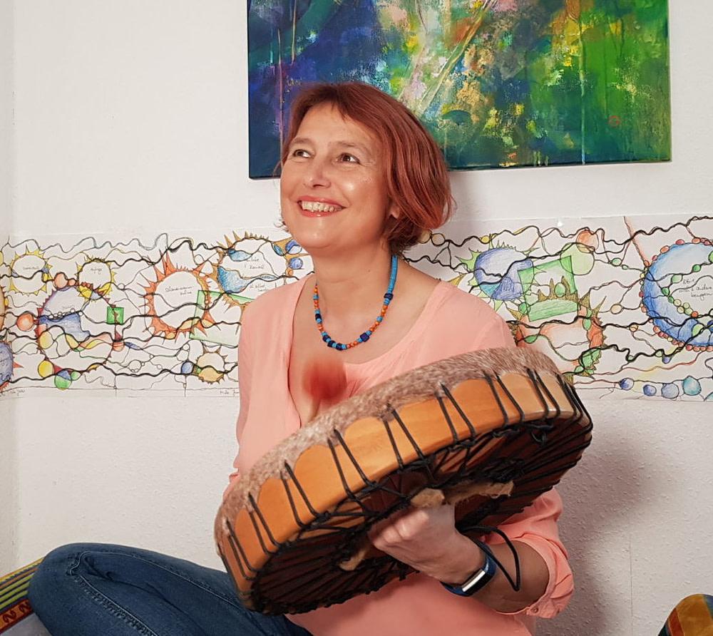 Doris Bürgel trommel vor einer Neurographik